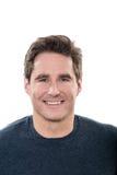 Reifes lächelndes Porträt der blauen Augen des gutaussehenden Mannes Stockfoto