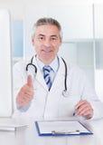 Reifes männliches Zeichen Doktor-Showing Thumbs Up Stockfoto