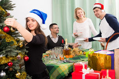 Reifes Paar mit erwachsenen Kindern bereitet sich für Weihnachten im Haus vor stockfotografie