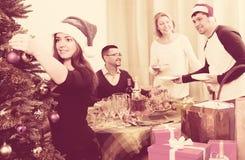 Reifes Paar mit erwachsenen Kindern bereitet sich für Weihnachten im Haus vor stockbilder