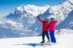 Reifes Paarskifahren in den Bergen lizenzfreies stockfoto