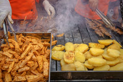 Reifes Rindfleischherz 'anticuchos' vorbereiten (peruanische Gastronomie) lizenzfreies stockfoto