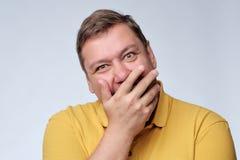 Reifes Studioporträt des dicken Mannes Er schließt seinen Mund mit Freude Lizenzfreies Stockbild