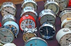 Reihe alte Borduhren und Armbanduhren von der Tabelle Lizenzfreie Stockfotografie