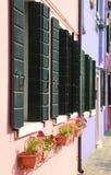Reihe Balkone in der europäischen Stadt lizenzfreie stockfotografie