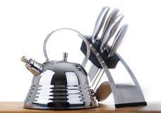 Reihe Bilder der Küchewaren. Teekanne und Messer Stockfotografie