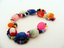 Reihe bunte Perlenbilder benutzt, um Armbänder und selbst gemachte Armbänder 5 herzustellen Lizenzfreie Stockfotos