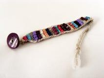 Reihe bunte Perlenbilder benutzt, um Armbänder und selbst gemachte Armbänder 2 herzustellen Lizenzfreies Stockbild