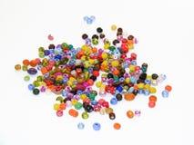 Reihe bunte Perlenbilder benutzt, um Armbänder und selbst gemachte Armbänder herzustellen Stockfotografie