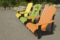 Reihe der Adirondack Stühle Stockfotos
