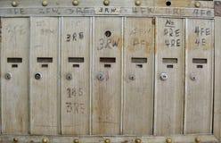 Reihe der alten silbernen Briefkastenwohnung lizenzfreie stockbilder