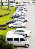 Reihe der Autos auf Parkplatz Stockbild