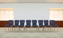 Reihe der bequemen Stühle im Warteraum Lizenzfreie Stockbilder