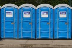 Reihe der beweglichen Toiletten Stockfoto