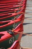 Reihe der Boote mit Seilen und Verriegelungen Stockfotografie