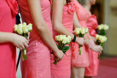Reihe der Brautjunfern mit Blumensträußen an der Hochzeit Lizenzfreie Stockfotos