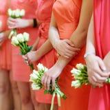 Reihe der Brautjungfern mit Blumensträußen stockfotos