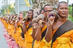 Reihe der buddhistischen Wanderungmönche auf Straßen Stockfotos