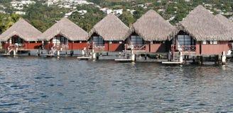 Reihe der Bungalowe über der Lagune Lizenzfreies Stockfoto