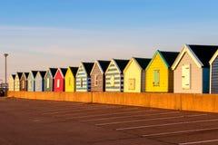 Reihe der bunten Strandhütten Stockfotos