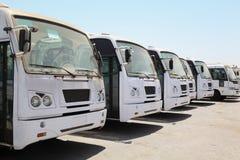 Reihe der Busse, die auf Busbahnhof nahe Kanal warten Stockfotografie