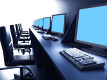 Reihe der Computer auf Schreibtisch Stockbild