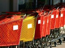 Reihe der Einkaufenwagen stockbild