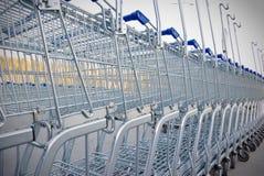 Reihe der Einkaufenwagen Stockfotos