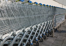 Reihe der Einkaufenwagen Lizenzfreie Stockfotos