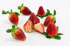 Reihe der Erdbeerlokalisierten und einer Scheibe Stockfotografie