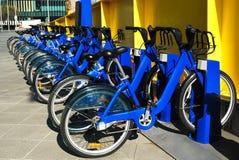 Reihe der Fahrräder für Miete Stockfotos