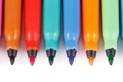 Reihe der farbigen Filzfedern stockfoto