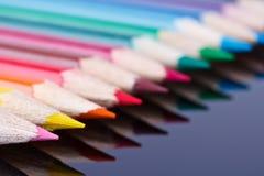 Reihe der farbigen hölzernen Bleistifte lizenzfreie stockfotografie