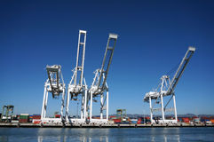 Reihe der Fracht streckt Turm über Küstenlinie in Oakland-Hafen Lizenzfreies Stockfoto
