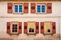 Reihe der geöffneten Fenster Lizenzfreie Stockfotografie