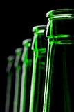 Reihe der geöffneten grünen Bierflaschen Stockfoto