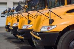 Reihe der gelben Autos oder der Busse Stockfoto