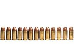 Reihe der Gewehrkugeln auf dem weißen Hintergrund getrennt Lizenzfreie Stockfotos