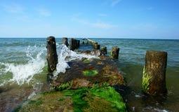 Reihe der hölzernen Pole im Meer. Lizenzfreie Stockfotos