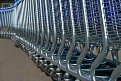 Reihe der hellen Wagen für einen Supermarkt Stockbilder