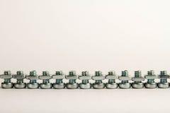 Reihe der kleinen Stahlmuttern - und - Schrauben Stockfoto