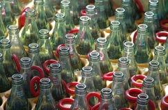 Reihe der leeren Glasflaschen Stockfoto