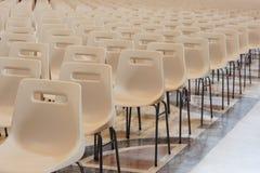 Reihe der leeren Stühle Lizenzfreies Stockfoto