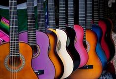 Reihe der mehrfarbigen mexikanischen Gitarren Stockfotografie