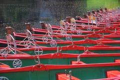 Reihe der Mieteboote auf Fluss Lizenzfreie Stockbilder