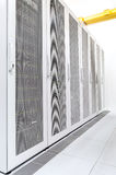 Reihe der Netzservers im datacenter Raum lizenzfreie stockbilder