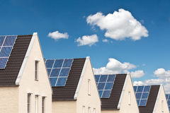 Reihe der neuen Häuser mit Sonnenkollektoren Stockfotografie