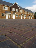 Reihe der neuen terassenförmig angelegten Häuser Stockbilder