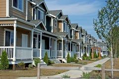 Reihe der neueren Stadtwohnungen Stockbild