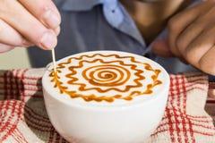 Reihe der Person Kaffee mit Kunst verzierend Lizenzfreie Stockfotos